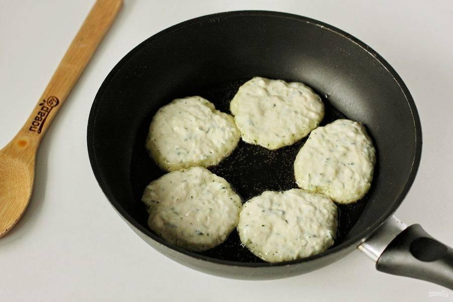 Затем разогрейте сковороду с маслом и выкладывайте тесто при помощи столовой ложки.