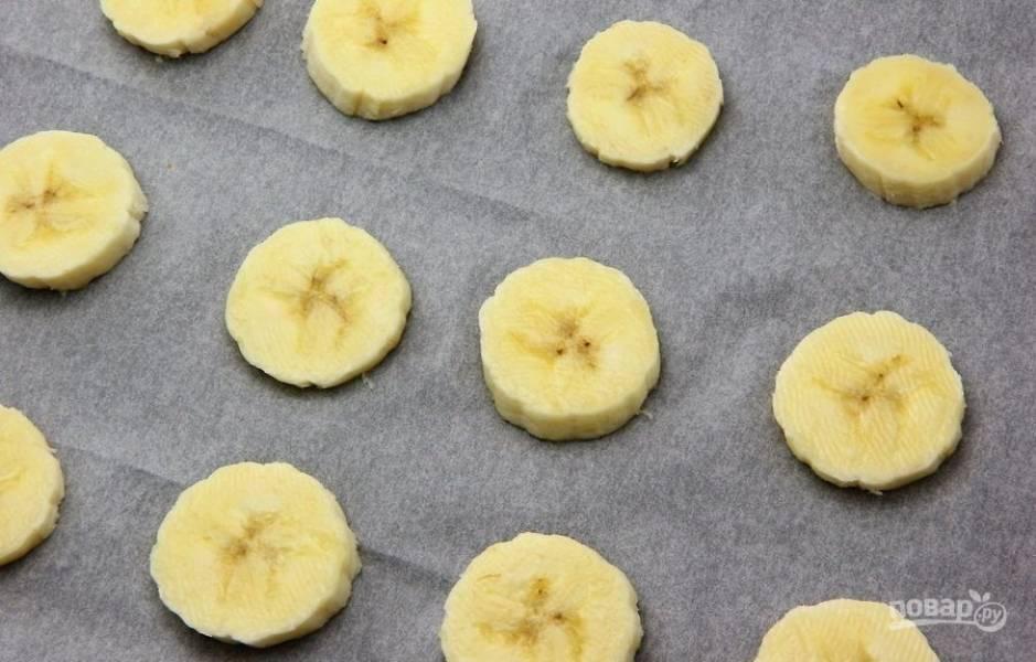 1. Нарежьте бананы кружочками.