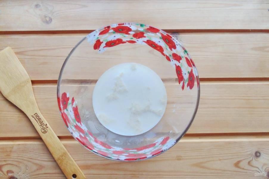 Налейте теплое молоко, добавьте сахар. Дайте постоять 10-15 минут, чтобы дрожжи активировались.