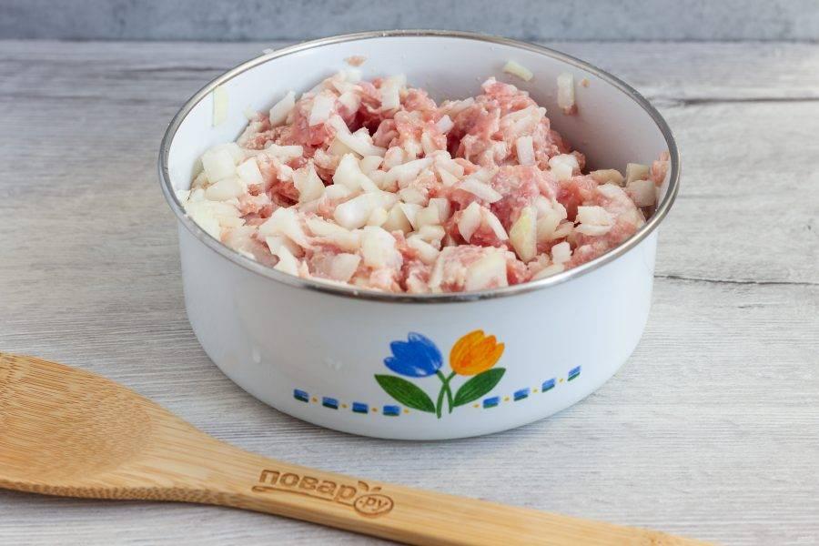 Лук мелко нарежьте. Фарш смешайте с луком, молоком и манкой. Посолите по вкусу. Хорошо вымесите и поставьте в сторону, приготовьте картофельный слой.