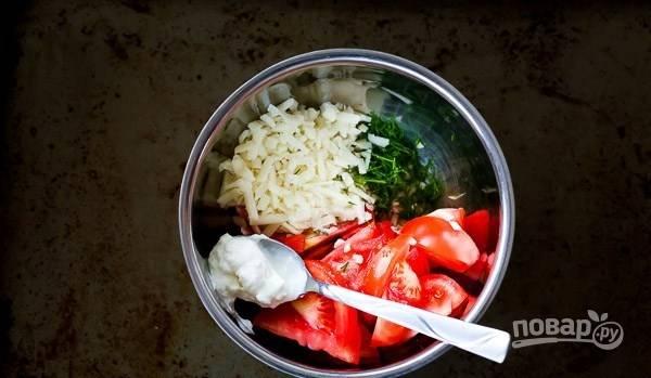 В миску натрите сыр на крупной тёрке. Добавьте измельчённый укроп и чеснок, помидоры и йогурт.