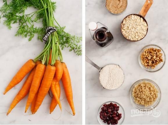 1. Вот наши ингредиенты. В теплой воде замочим клюкву, чтобы она набухла. Отварим и остудим также киноа. Морковку моем, чистим и трем на мелкую терку.