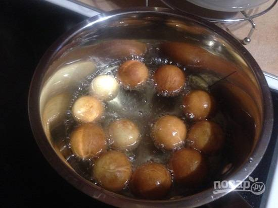 Хорошо разогреваем растительное масло на огне чуть больше среднего, опускаем шарики из теста. Много пончиков за один раз в масло не бросайте, они увеличиваются при жарке.