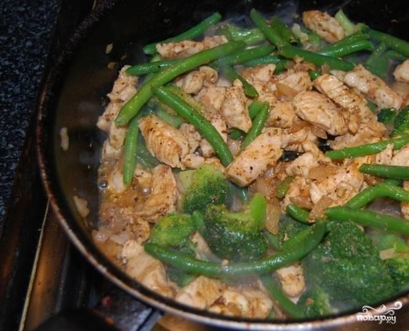 Теперь добавьте подготовленную зеленую стручковую фасоль и брокколи, которую заранее следует разобрать на небольшие соцветия. Если у вас овощи замороженные, вы можете их положить в сковородку, не размораживая.