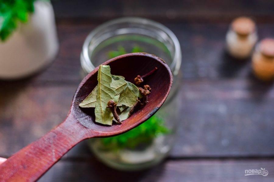 Добавьте лавровый лист, гвоздику, перец горошком.
