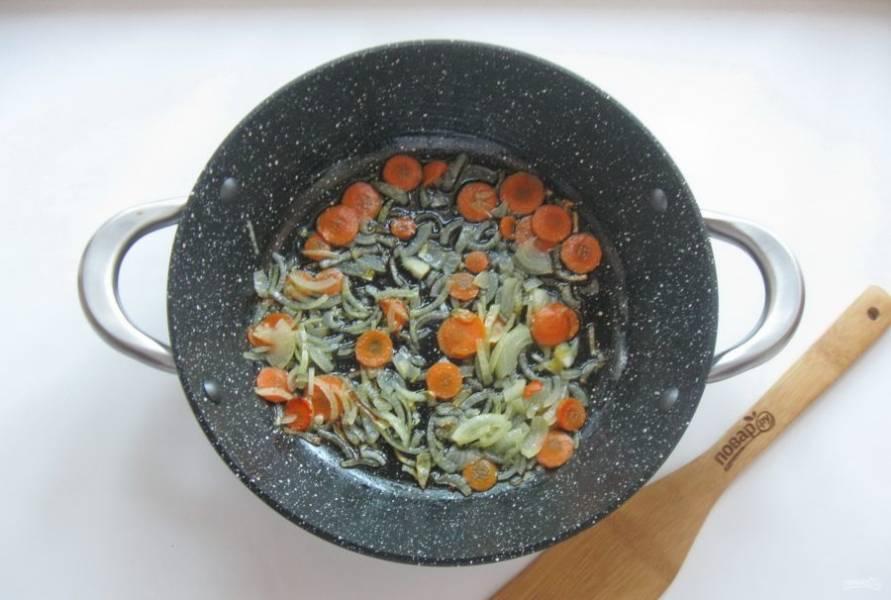 Налейте подсолнечное масло и обжарьте лук с морковью в течение 7-8 минут.