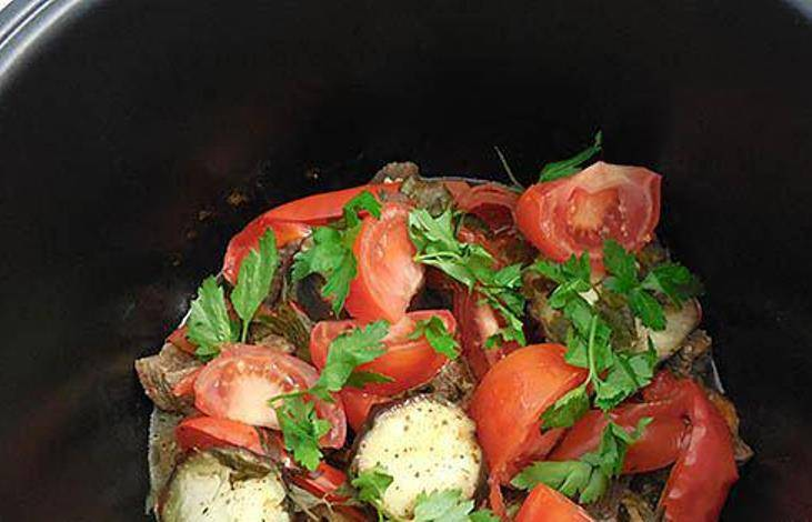 Включите режим «Тушение» на 1 час 20 минут. Готовое блюдо украсьте веточками зелени.