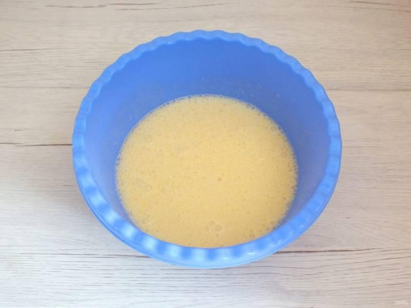Добавляйте по одному яйцу, после каждого взбивайте до однородного состояния.