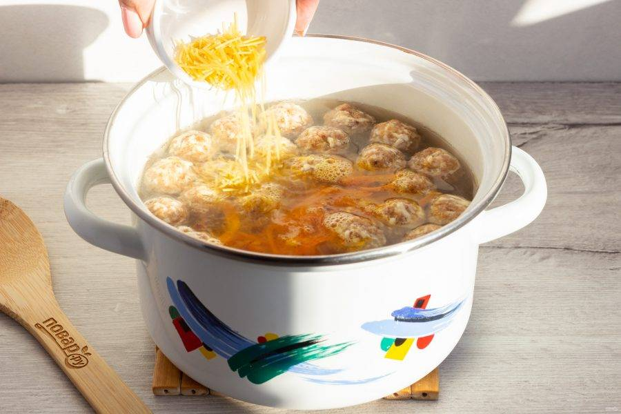 В процессе приготовления лук мелко нарежьте, морковь натрите на крупной терке. Пассеруйте овощи на растительном масле и добавьте в суп. Следом добавьте немного вермишели. Варите 1-2 минуты.