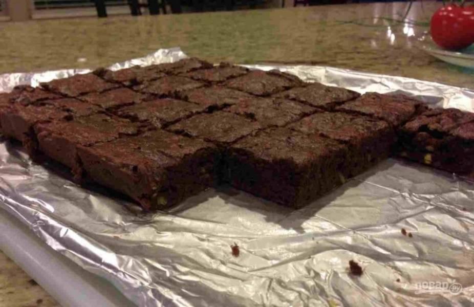 8.Запекайте 20-25 минут при 180 градусах. Готовый пирог остудите в течение 5-10 минут, затем нарежьте кусочками и подавайте после остывания.