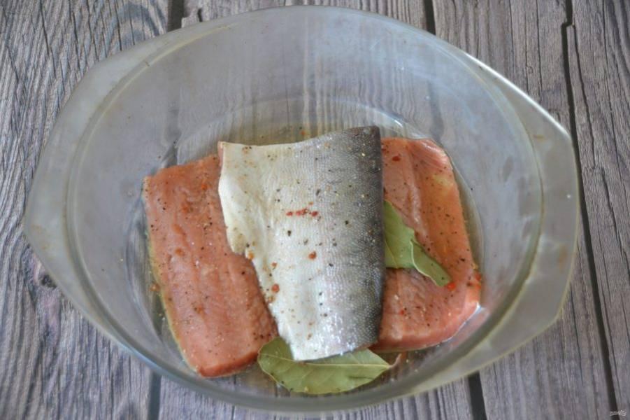 Через сутки рыба дала сок, её можно разделать для подачи.