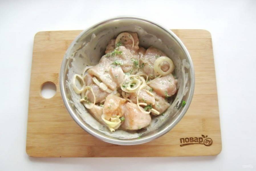 Перемешайте куриное филе с луком, соевым соусом, сметаной, солью, перцем, базиликом и зеленью. Поставьте в холод минимум на час.