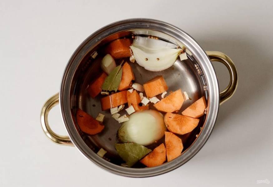 Очистите морковь. Нарежьте крупно лук и морковь. Залейте овощи водой, добавьте сушеный сельдерей, черный и душистый перец горошком, пажитник, кориандр горошком и лавровый лист. Доведите до кипения и варите, пока овощи не станут мягкими. Затем процедите бульон.