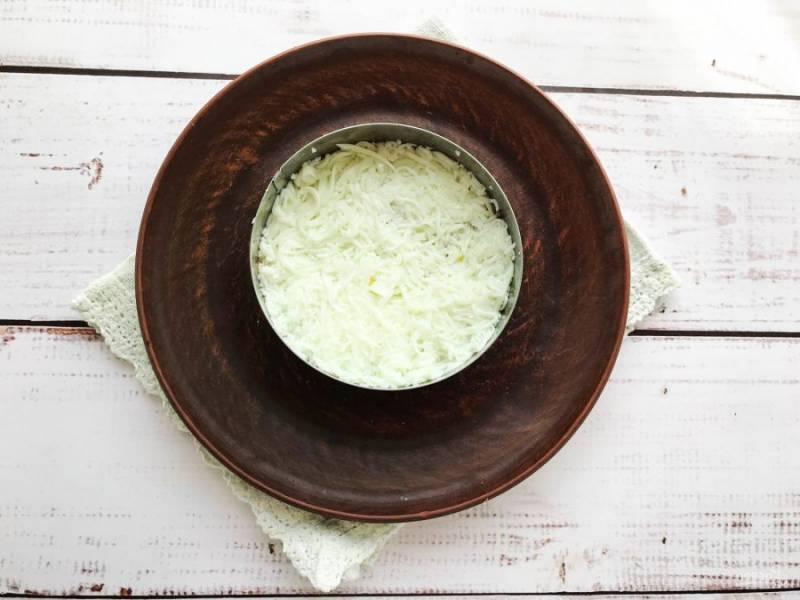 Яйца очистите от скорлупы, отделите белок от желтка. Белок натрите на мелкой терке и выложите его поверх печени трески. Слой из белка смажьте майонезом.