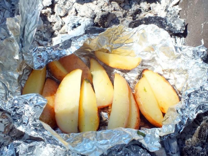 Готовность картофеля проверьте с помощью ножа.