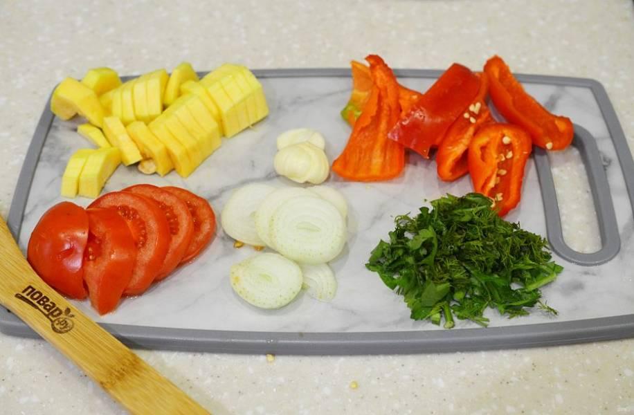 1. Все овощи нарежьте на средние кусочки, зелень измельчите.
