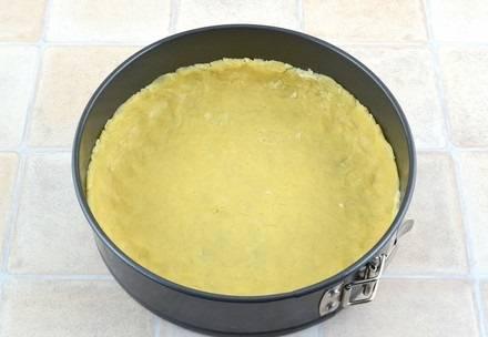 4. Форму для запекания можно смазать небольшим количеством сливочного масла. Выложите тесто, разомните его руками так, чтобы получился ровный слой.
