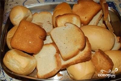 Хлеб нарежьте пластами в 1 см. Уложите его на противень. Готовьте в духовке 7 минут до золотистой корочки. После этого дайте остыть сухарям, а потом их мелко нарубите.