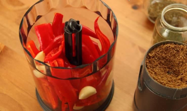 Переложите чеснок и перец в чашу блендера.