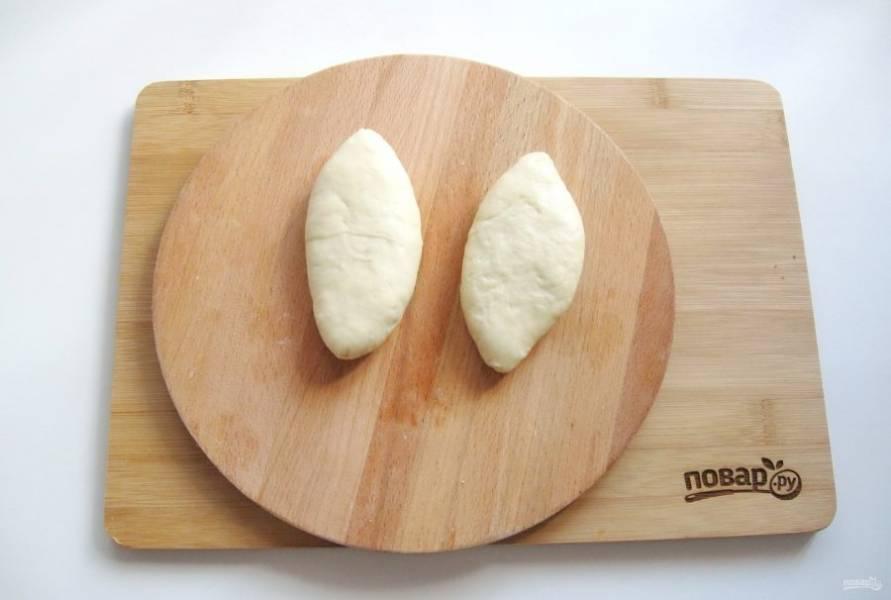 Залепите края, формируя продолговатые пирожки.