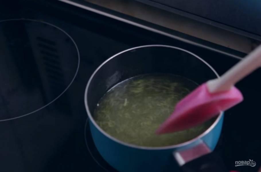 2. Цедру лимона смешайте с водой и сахаром, поставьте на огонь и доведите до кипения, после чего варите еще 3 минуты. Сахар должен полностью раствориться.