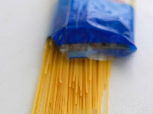 """Спагетти лучше выбрать твердых сортов, варить их нужно до состояния """"al dente""""."""
