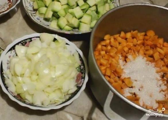 3. Итак, сразу отправляем в кастрюлю или жаровню морковь, добавляем сахар, соль и немного воды (не более 100 мл). Затем начинаем томить на слабом огне, постепенно добавляя остальные овощи.