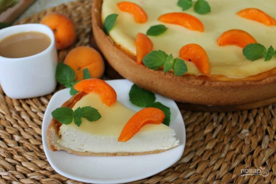 Готовый сметанник можно подать со свежими фруктами или ягодами.