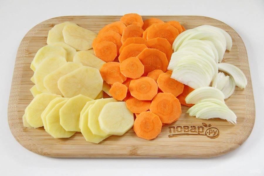 Лук нарежьте перьями, морковь и картофель тонкими кружочками.