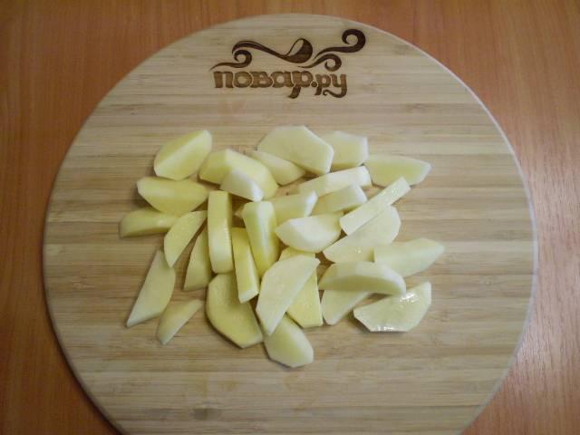 2. Нарезаем картофель небольшими кусочками.