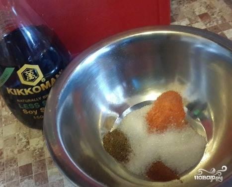 Самое главное в этом рецепте — маринад. Чтобы его приготовить, возьмите мисочку с высокими стенками, смешайте в ней три перца. Они обязательно должны быть свежесмолотыми. Добавьте к ним сахар, влейте соевый соус. Перемешивайте до тех пор, пока не растает сахар.