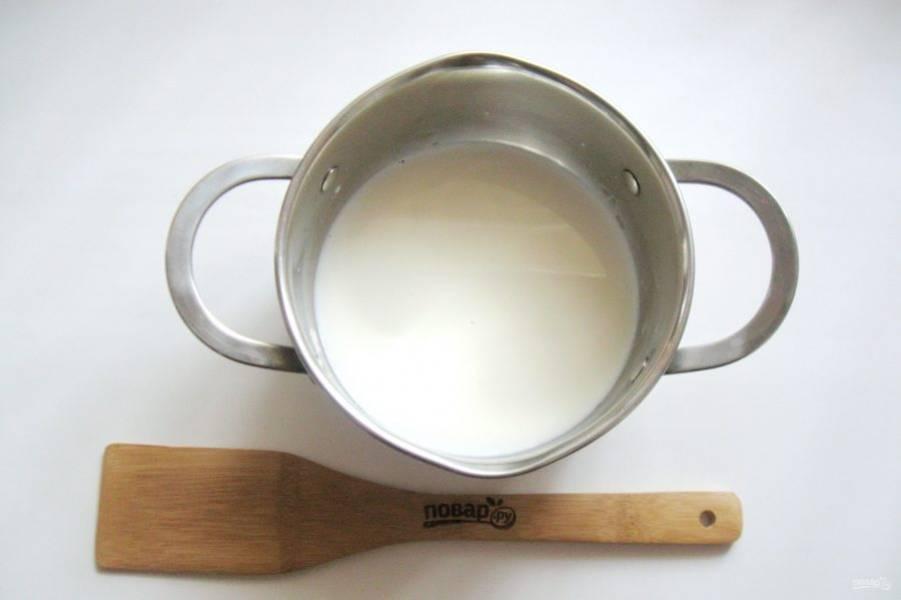 Приготовьте заливку. В кастрюлю налейте молоко и поставьте на плиту.