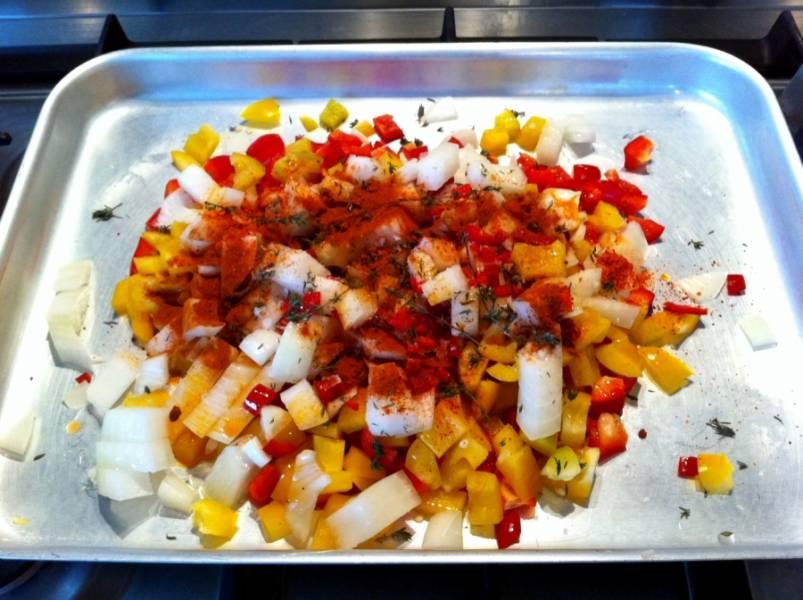 1. Для начала все овощи помоем и мелко нарежем. Выкладываем на противень бумагу для запекания, затем - овощную смесь. Щедро посыпаем приправами, заливаем лимонным соком и маслом. Перемешаем тщательно — и отправим в духовку запекаться. Перцы должны стать мягкими, а лук - золотистым.