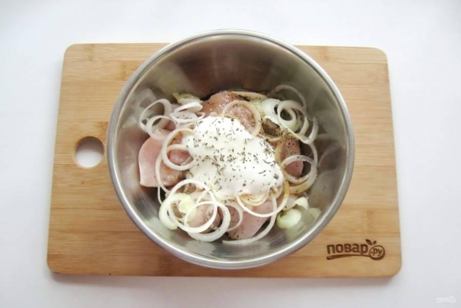 Посыпьте куриное филе солью, черным молотым перцем и сушеным базиликом.