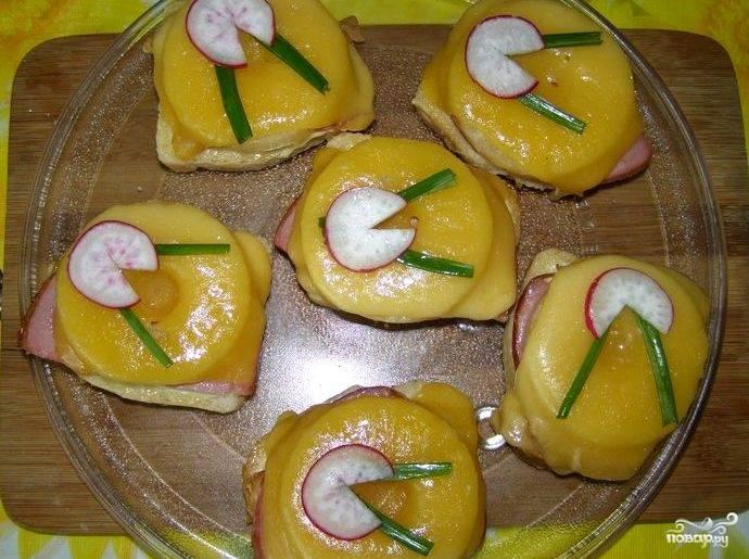 Бутерброды с ананасами и ветчиной