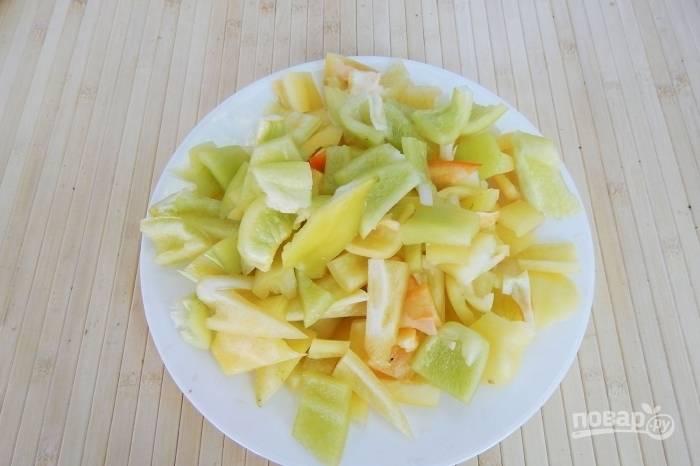 Перец нарежьте, удалив семена и плодоножки.