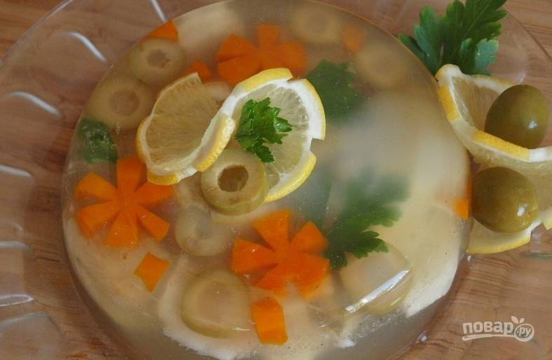 Набухший желатин соединяем с бульоном, перемешиваем. Кладем в формочку филе судака. Туда же красиво выкладываем: лимоны, оливки, цветочки из морковки, петрушку. Заливаем все бульоном и ставим на холод до полного застывания. Приятного аппетита!