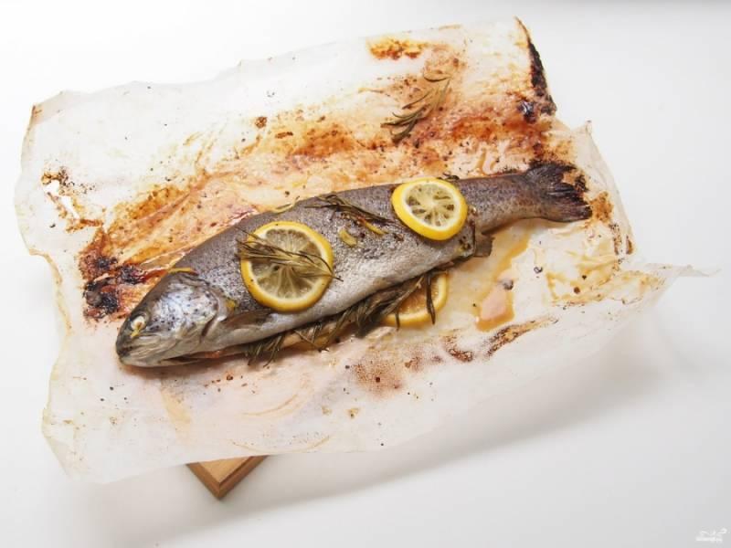 6. Затем достаем и подаем её к столу в горячем виде. Если хотите, можете также выложить на рыбу кольца лука или приготовить форель на луковой подушке.