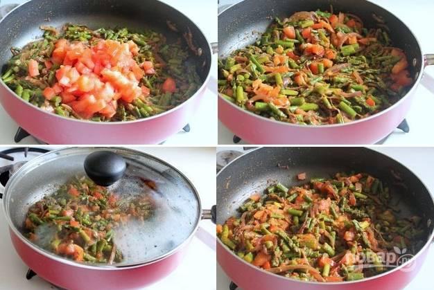 5. Выложите измельченные кубиками помидорами, перемешайте и тушите еще пару минут. Все, тушеная спаржа с овощами в домашних условиях готова. Подавайте блюдо к столу с рисом. Приятного аппетита!