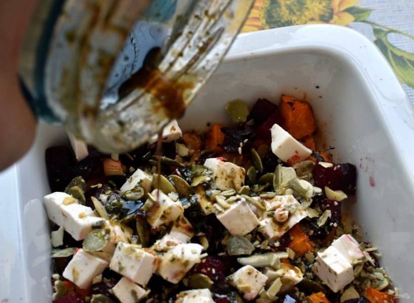 Хорошо смешайте бальзамический уксус с медом и оливковым маслом до однородности и заправьте салат.