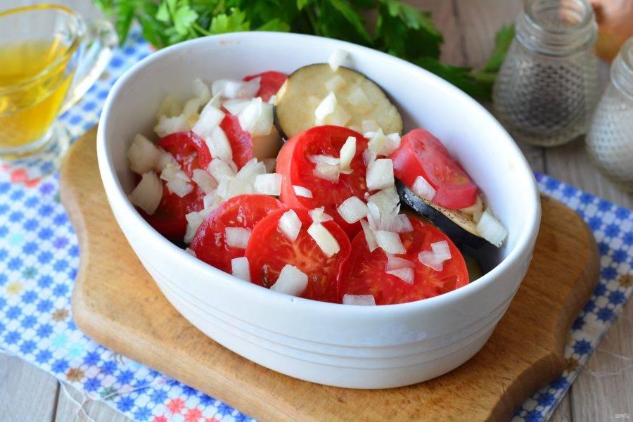 Следующими пойдут помидоры и лук. Добавьте специи по вкусу.