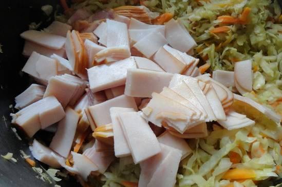 Порежьте ветчину тонкими ломтиками, добавьте к капусте и перемешайте.