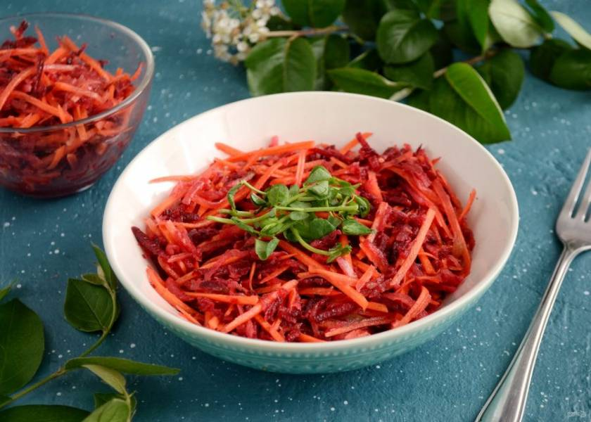 Салат из моркови, свеклы и редьки готов, приятного аппетита!