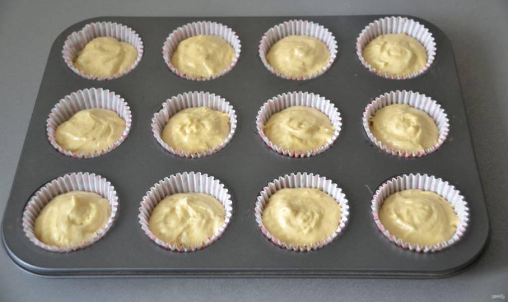 Выложите тесто в форму для выпечки капкейков. Выпекайте в духовке при температуре 180 градусов в течение 25 минут. Готовность проверяйте деревянной зубочисткой, при прокалывании выпечки она должна оставаться сухой.
