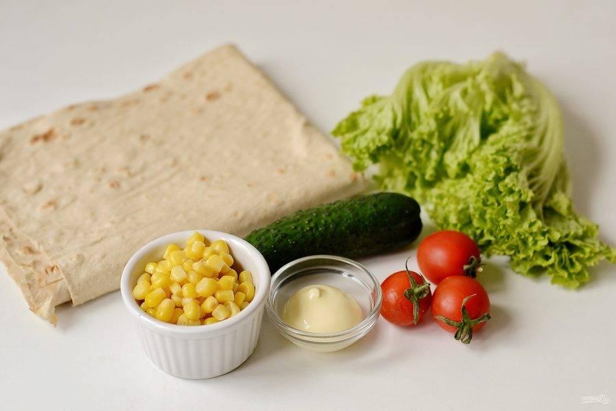 Для овощной начинки потребуется консервированная кукуруза, пара помидорок черри, небольшой огурец, салатные листья и немного постного майонеза.