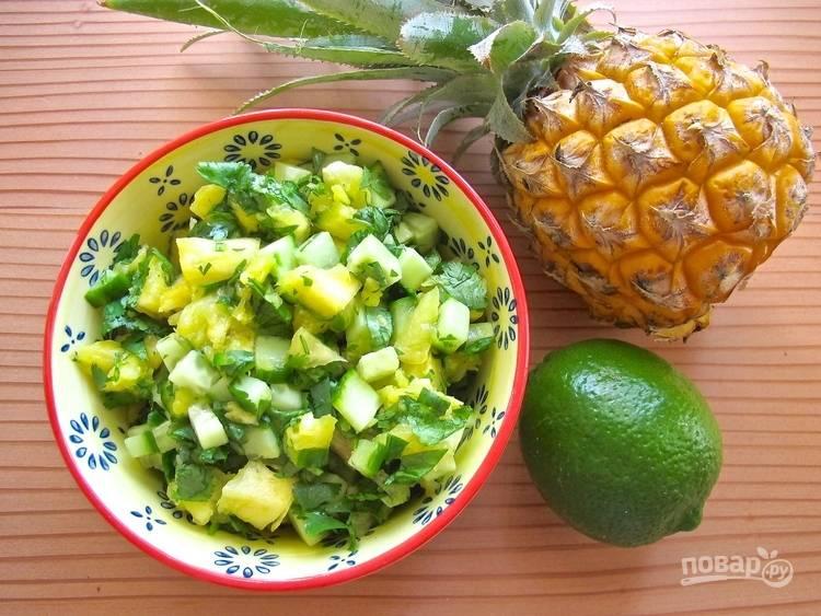 2.Четверть полученной мякоти ананаса разминаю, чтобы выделился сок, остальную нарезаю кубиками. Мою и режу кубиком огурец, авокадо, халапеньо. Мою и мелко нарезаю кинзу. Соединяю все продукты в миске, добавляю сок одного лайма и ананаса, по вкусу солю и перчу, перемешиваю.