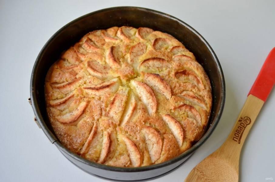 8. Мой пирог был готов через 50 минут. Красивый и ароматный. Остудите его и порежьте.