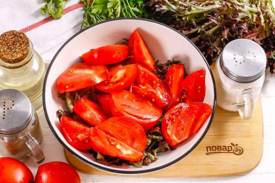 Помидоры промойте в воде, вырежьте зеленые сердцевинки и нарежьте овощи ломтиками прямо в емкость к салату.