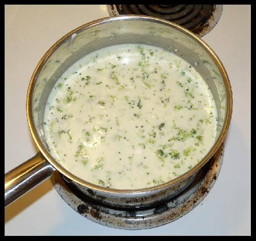 Когда сыр Филадельфия растворится в бульоне добавьте в кастрюлю нарезанный брокколи. Перемешать и продолжать томить суп на медленном огне.