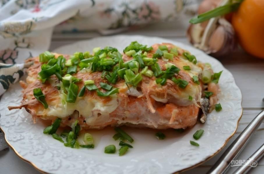 Поставьте рыбу на 15 минут в разогретую до 200°C духовку, а затем под гриль на 2-3 минуты, до получения румяной корочки.